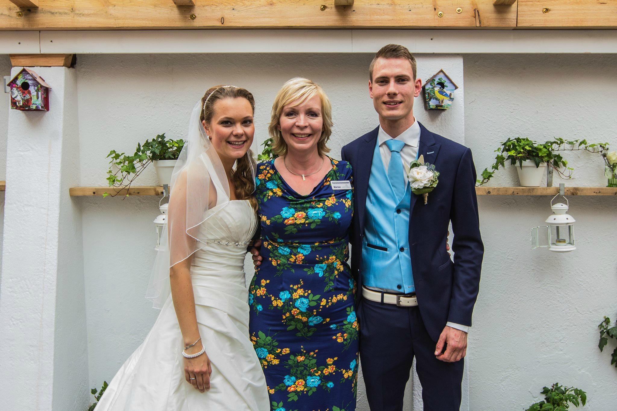 Bruidspaar met Marian Krook-Lievestro, weddingplanner Stralend Middelpunt, foto Bobby Regensburg