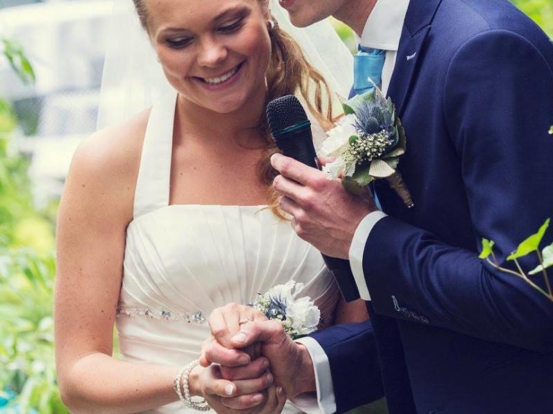 Bruidspaar geven een speech. Houden handen vast. Foto Bobby Regensburg