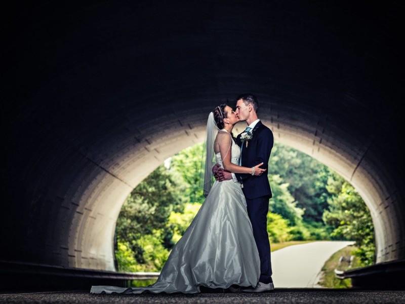Bruidspaar zoenend in tunnel. Locatie de Woeste Hoeve. Foto Bobby Regensburg