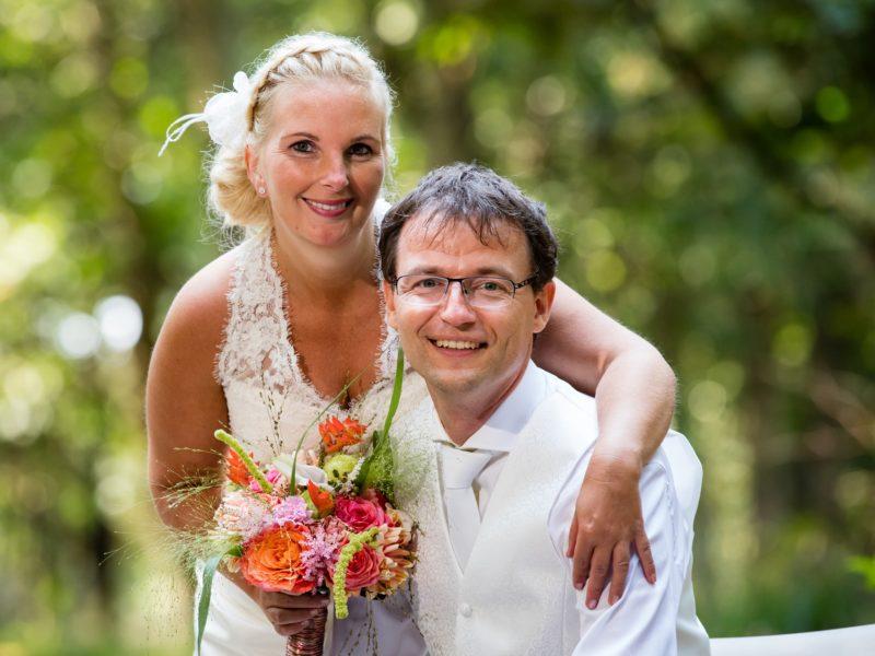 Bruidspaar gebukt. Fotograaf Evert van de Worp