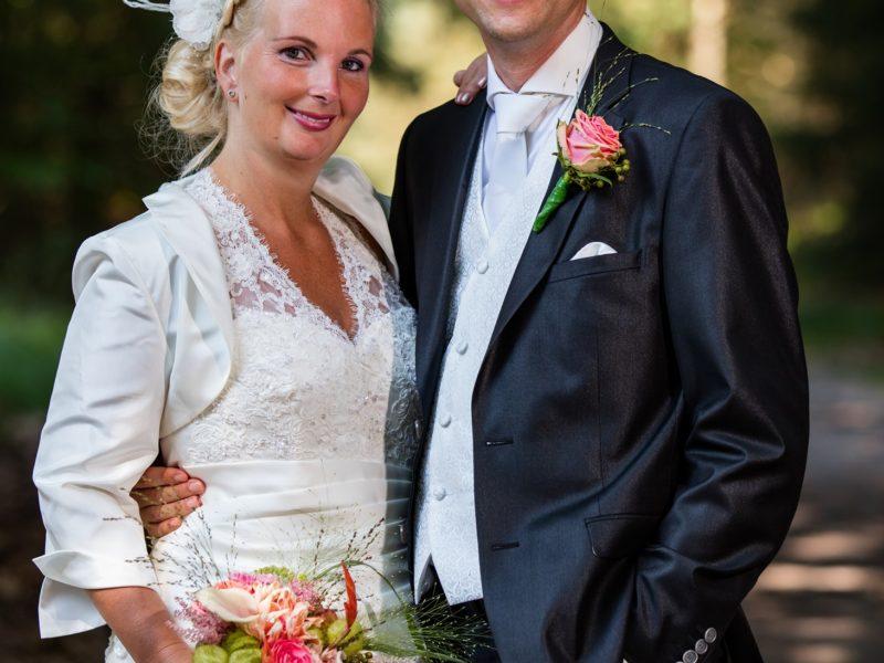 Bruidspaar kijkt in camera. Fotograaf Evert van de Worp