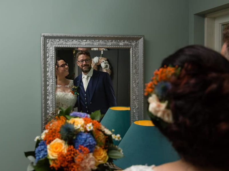 Bruidspaar kijkt in spiegel