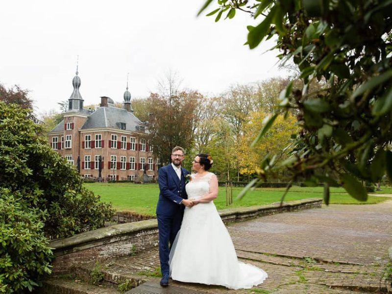 Bruidspaar voor kasteel