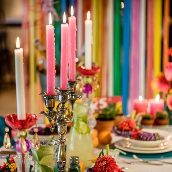 Kandelaren met kaarsen op een gedekte tafel. Foto Eppel Fotografie