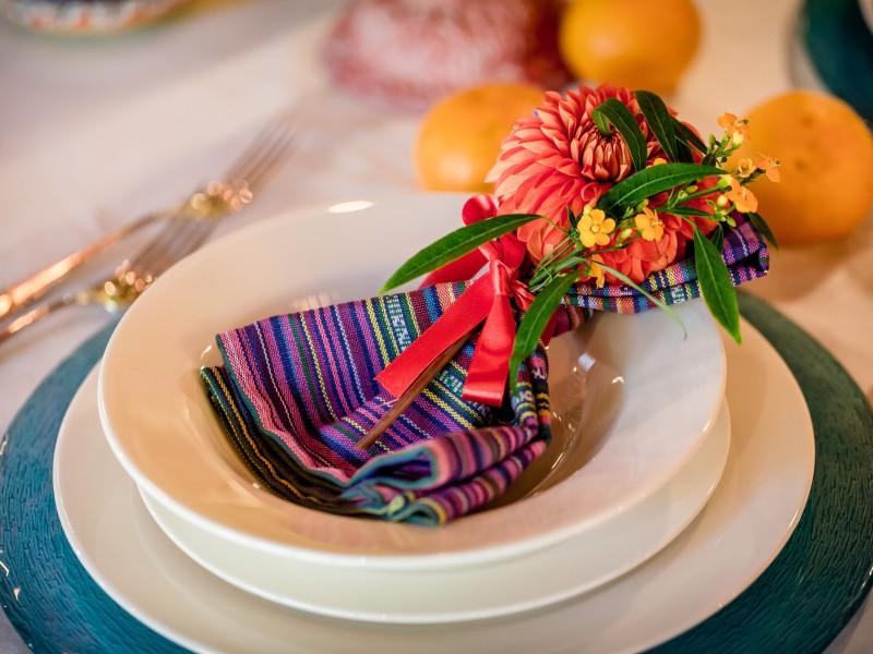 Bord met een kleurrijk servet met bloemen. Foto Eppel Fotografie