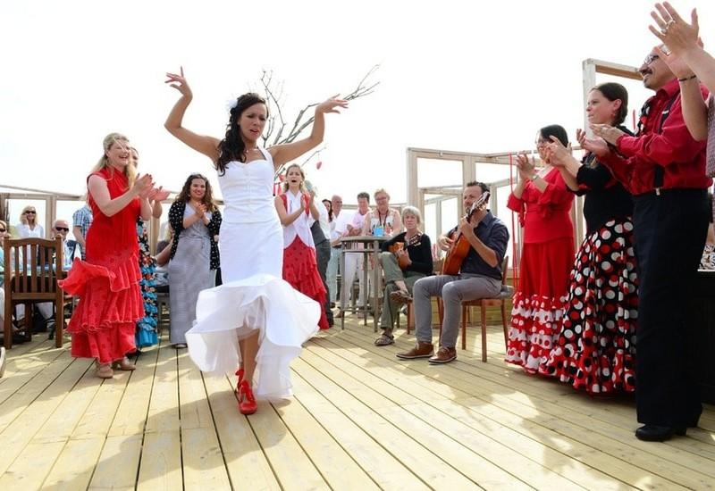 Bruid is aan het dansen. Foto Liselotte Schoo