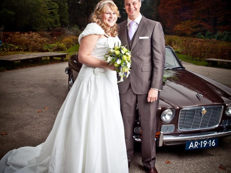Bruidspaar samen voor de bruid trouwauto, Foto FotoMX