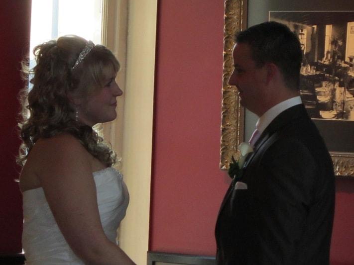 Bruidspaar staat tegenover elkaar met de handen vast. Foto FotoMX
