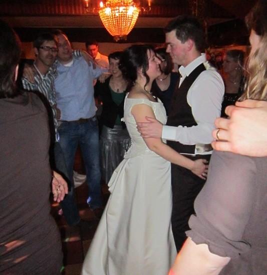 Bruidspaar dansend tijdens het feest. Foto Geoman