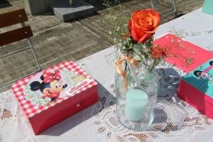 Kindertafel tijdens de bruiloft van Joyce en Robert Jelle met gepersonaliseerde koffertjes voor alle kinderen.