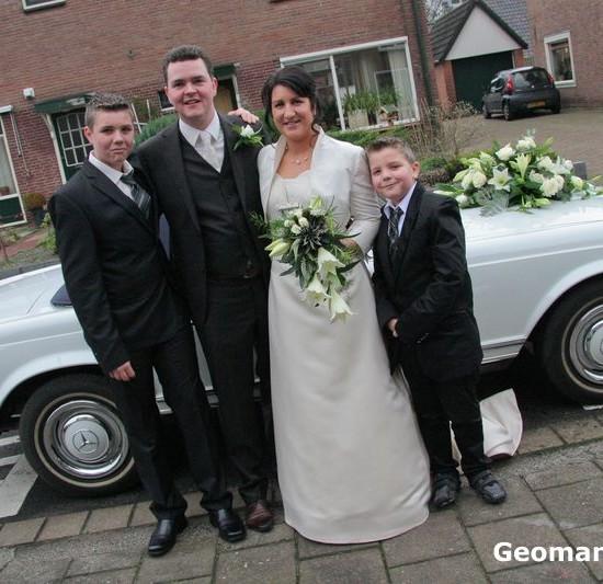Bruidspaar met kinderen voor de trouwauto. Foto Geoman