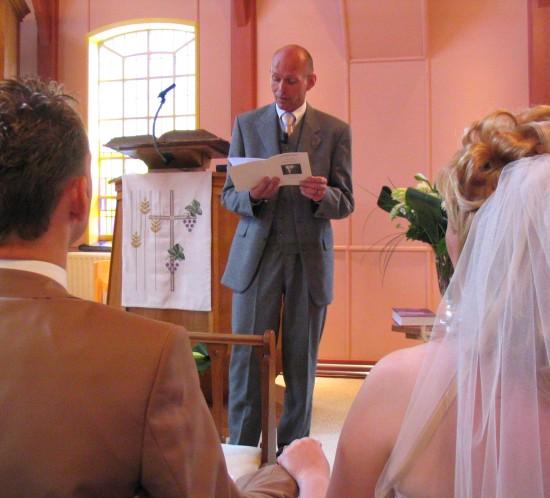 Bruidspaar tijdens kerkelijke ceremonie. Foto Sunny Gradeur