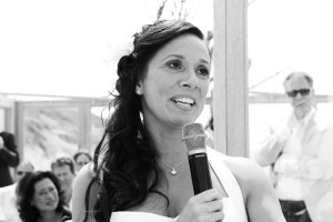 Bruid spreekt bruidegom toe. Foto: Liselotte Schoo fotografie