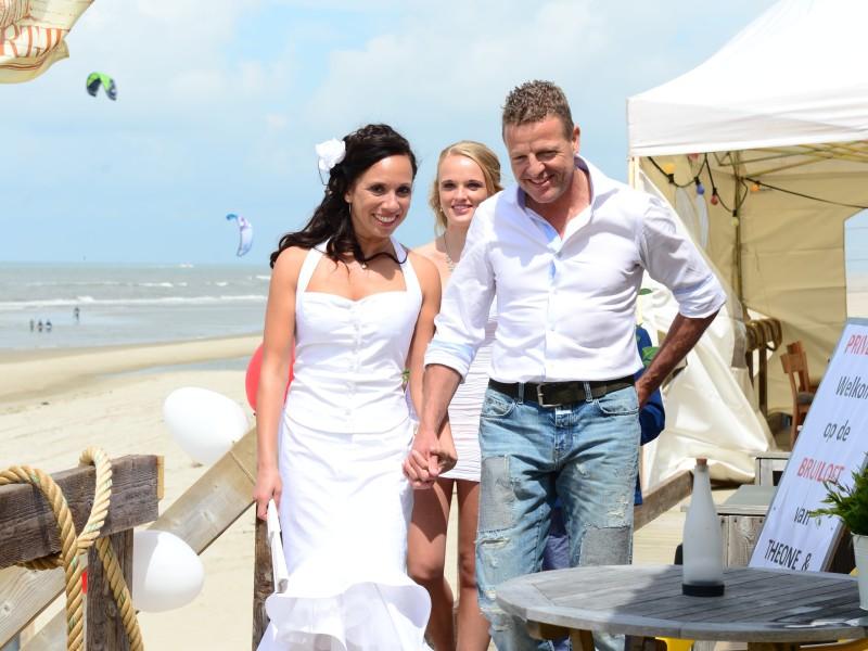 Bruidspaar heeft handen vast. Foto Liselotte Schoo