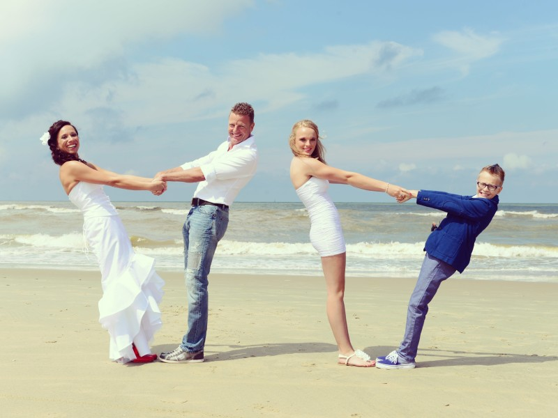 Bruidspaar met kinderen op het strand. Foto Liselotte Schoo