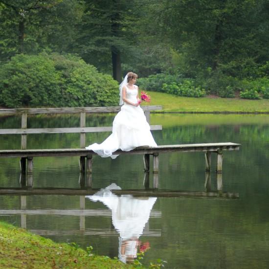Bruid op een steiger bij het water. Foto Ton Otten