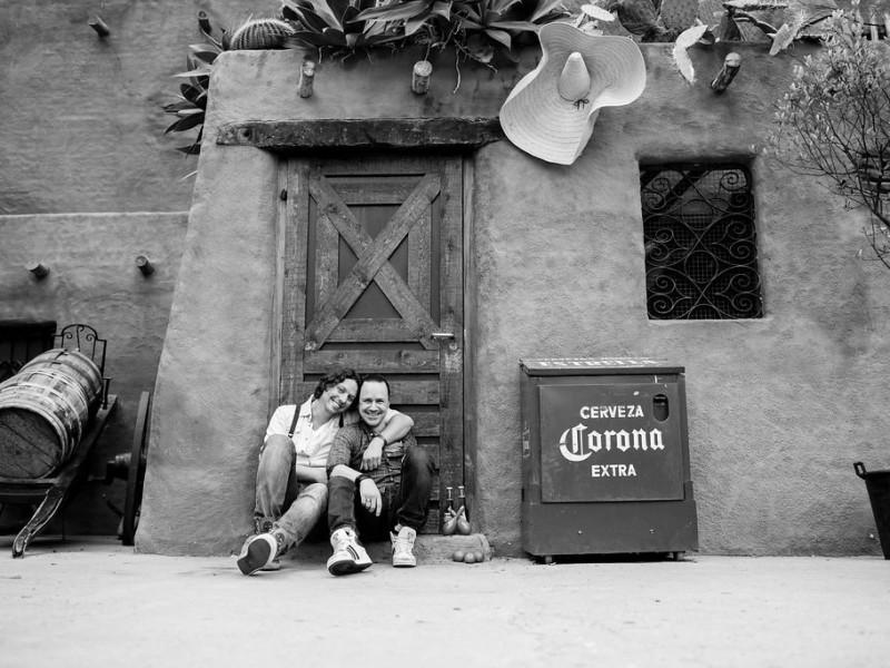 Koppel zittend tegen een muurtje met Mexicaanse sferen in zwart-wit. Foto Karin Keesmaat
