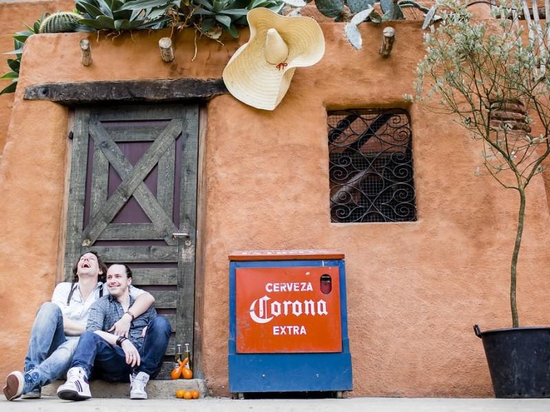 Koppel zittend tegen een muurtje met Mexicaanse sferen. Foto Karin Keesmaat