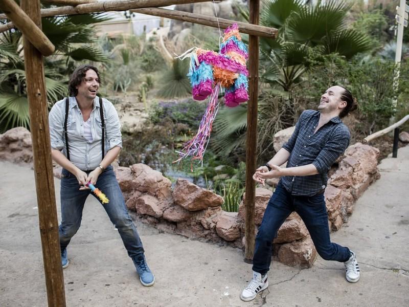 Koppel probeert een piñata kapot te slaan. Foto Karin Keesmaat