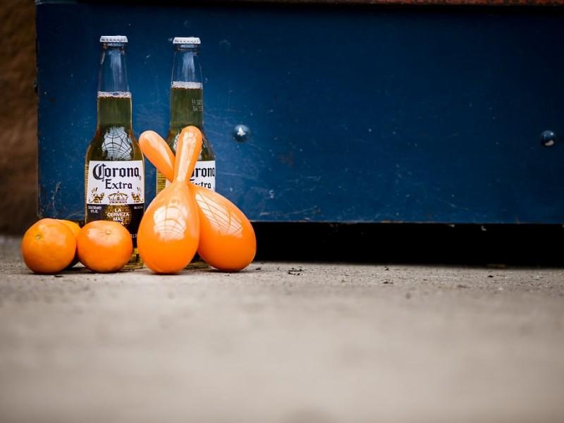 2 Corona biertjes op de grond met sambaballen en mandarijnen. Foto Karin Keesmaat