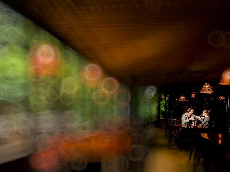 Koppel in een restaurant met de zijkant erg vervaagd. Foto Karin Keesmaat