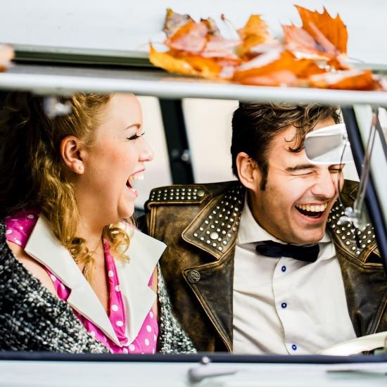 Koppel uitbundig lachend in een busje. Foto Karin Keesmaat