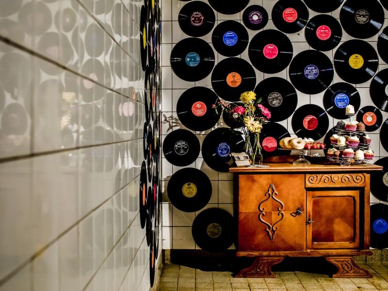 Klein gestylede tafel met vinylplaten daarachter. Foto Karin Keesmaat