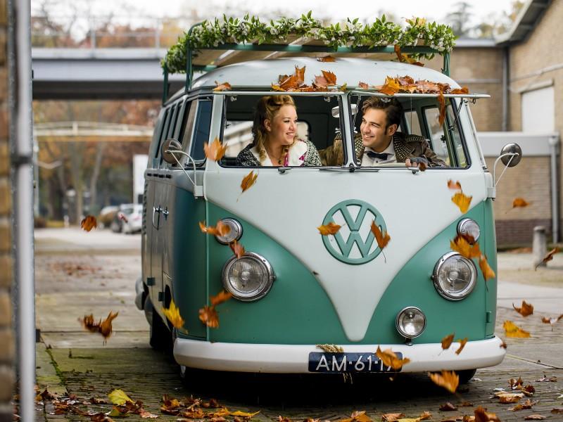 Koppel in een turkoois VW busje. Foto Karin Keesmaat
