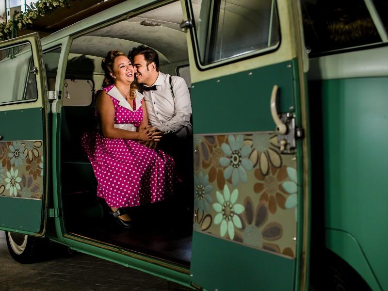 Koppel zit in een VW busje. Foto Karin Keesmaat