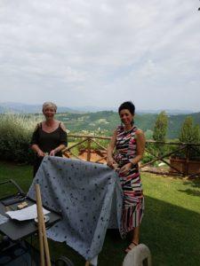 Weddingplanners Marian Krook en Mariëlle Cruz Vargas bouwen een kindertent in Italië