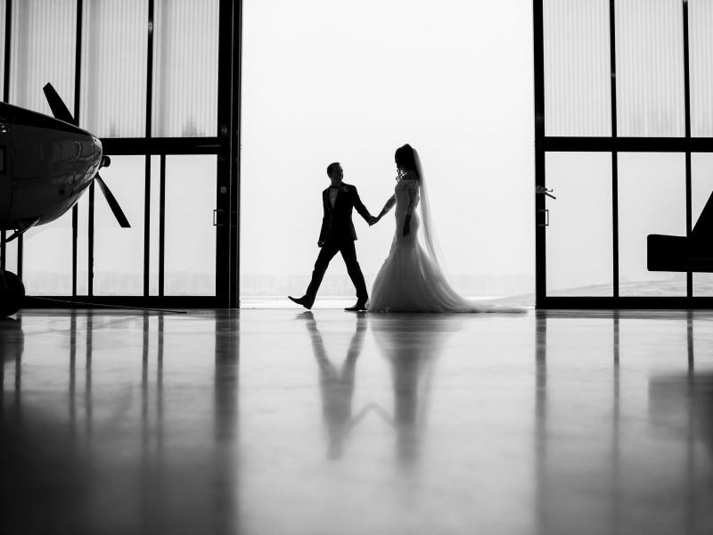 Bruidspaar in een vliegtuig hangar. Foto Karin Keesmaat