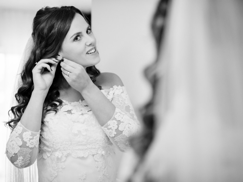 Bruid doet haar oorbellen in. Foto Karin Keesmaat