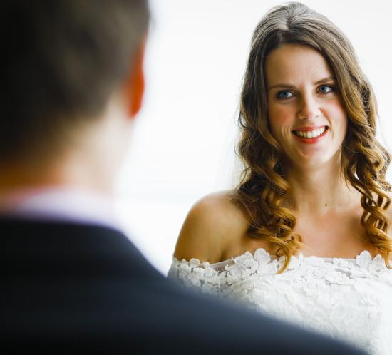 Bruidspaar. Bruidegom vanaf de achterkant en is wazig. Foto Karin Keesmaat