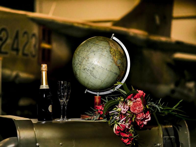 Wereldbol met daarnaast champagne en het bruidsboeket. Foto Karin Keesmaat