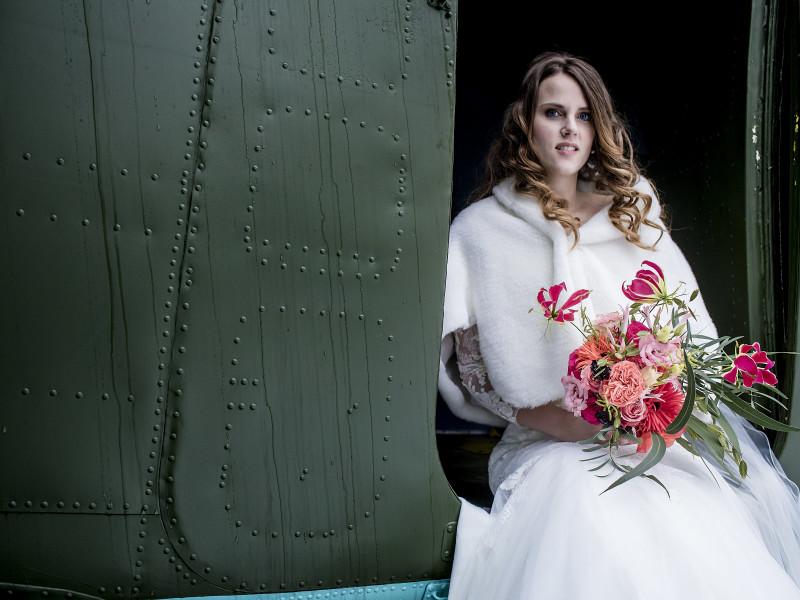 Bruid met het bruidsboeket. Foto Karin Keesmaat
