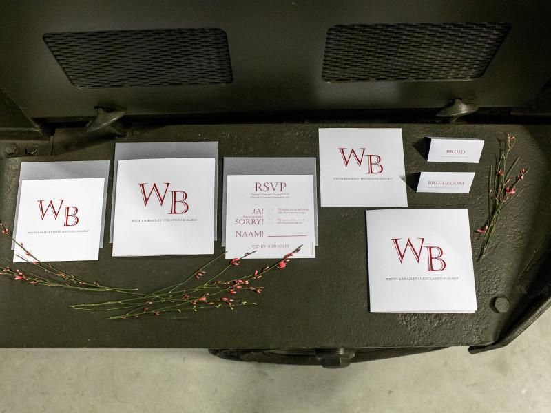 Verschillende kaartjes met rood lettertype. Foto Karin Keesmaat