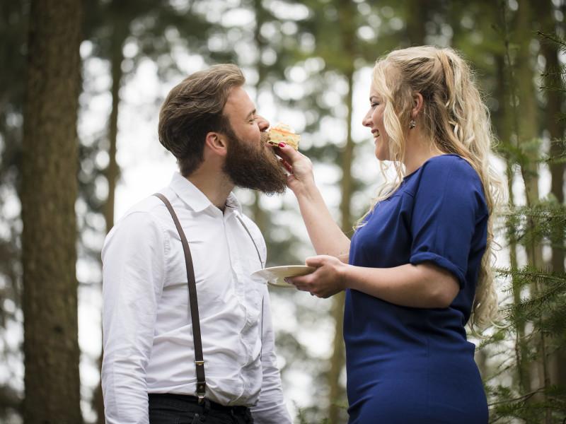 Vrouw geeft man een stuk gebak. Foto Karin Keesmaat