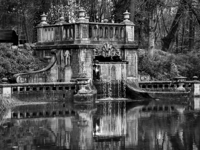 Oud bouwwerk met waterval in het bos. Foto Karin Keesmaat