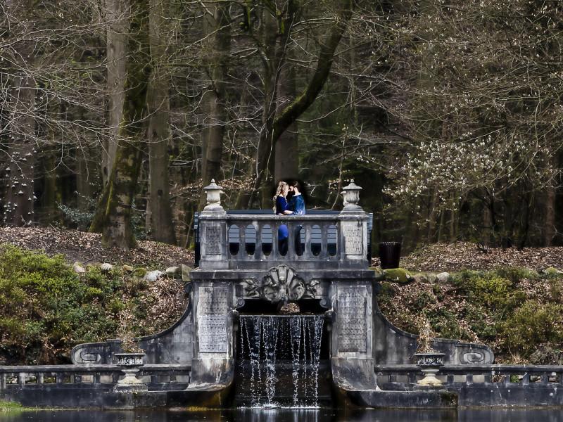 Koppel staat op een oude brug in een bos. Foto Karin Keesmaat