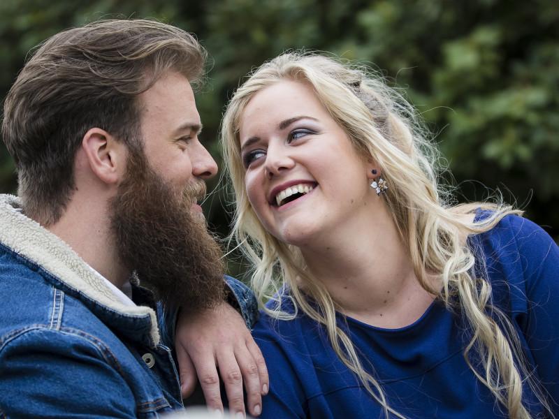 Koppel kijkt elkaar lachend aan. Foto Karin Keesmaat