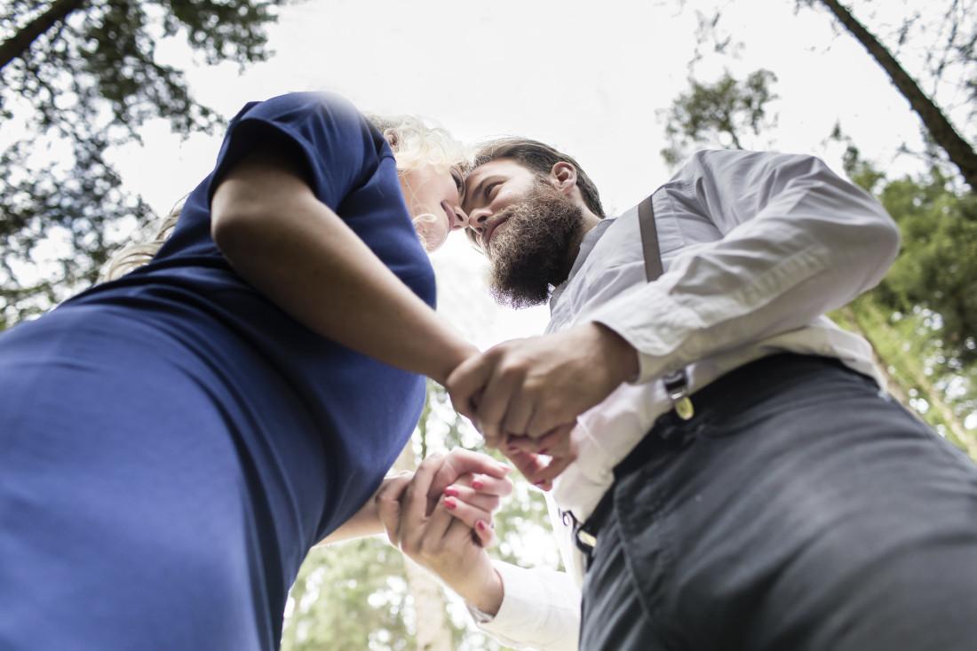 Koppel met voorhoofden tegen elkaar. Foto van onderen genomen. Foto Karin Keesmaat