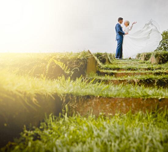 Bruidspaar op heuvel, in atrium Tuin De Lage Oorsprong, Foto: Karin Keesmaat van Kijk-Kunst fotografie