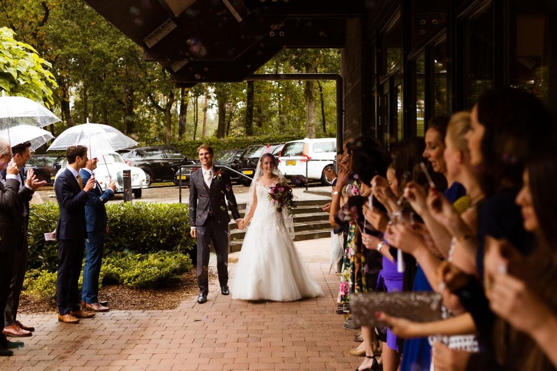 Bruid en bruidegom in de regen