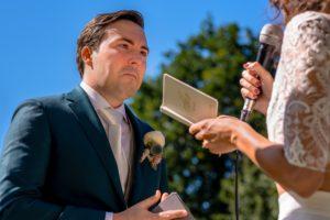 Bruidegom geniet van trouwgelofte. Alvafotografie