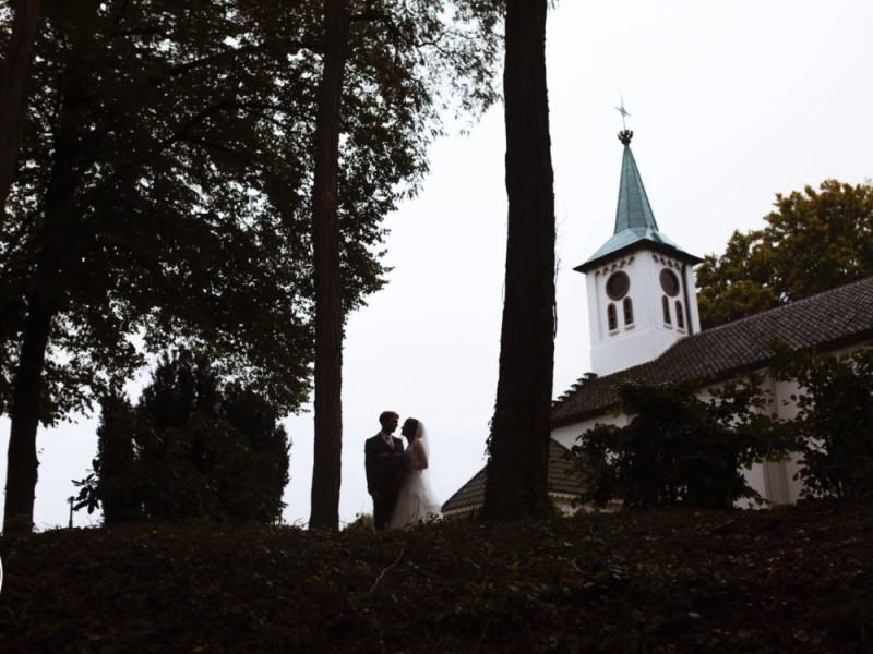 bruidspaar bij de kerk