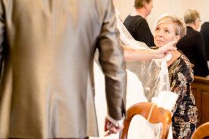 Ceremoniemeester Marian Krook-Lievestro van Stralend Middelpunt doet bruidsjurk goed, foto Karin Keesmaat
