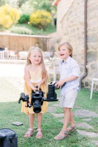 Kinderen spelen met apparatuur videograaf bruiloft, foto Jessica Photography