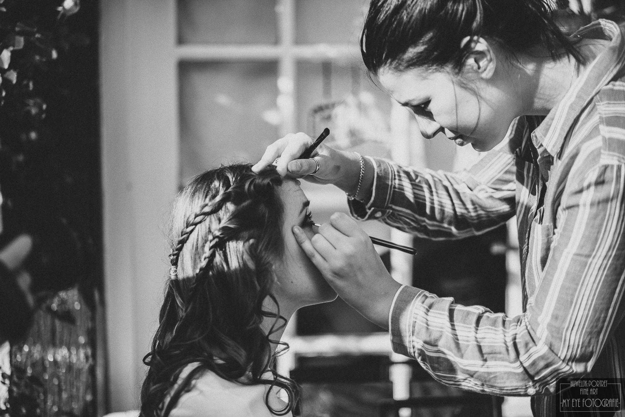 Bruid wordt opgemaakt. Foto My Eye Fotografie
