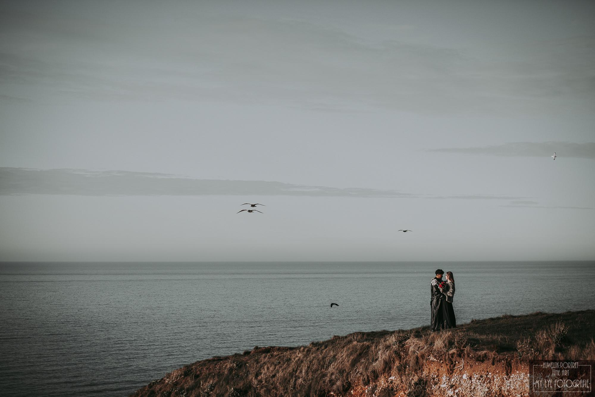 Bruid en bruidegom op klif. Foto My Eye Fotografie