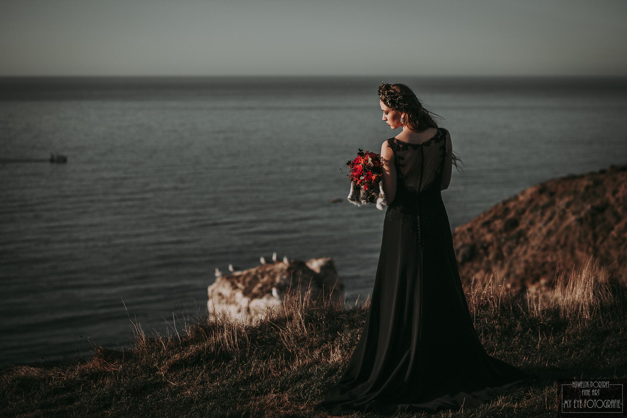 Bruid met zwarte jurk en rood boeket. Foto My Eye Fotografie